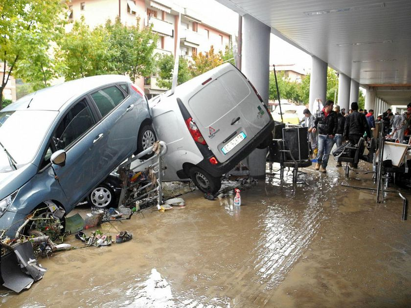 Zone alluvionate due milioni e mezzo per il rilancio for Garage per due auto e mezzo