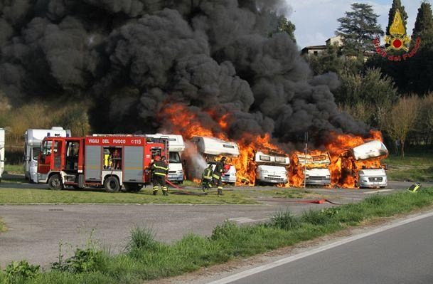 Bagno a ripoli ieri incendiati 5 camper cronaca firenze for Bagno a ripoli mappa
